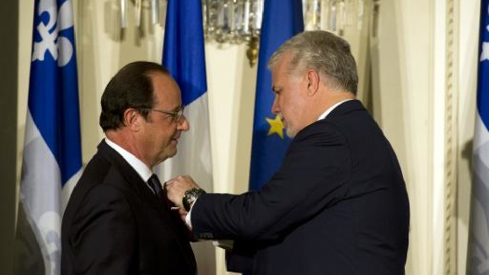 Francois Hollande décoré des insignes de grand officier de l'ordre national du Québec par  Philipe Couillard le 3 novembre 2014 à Québec