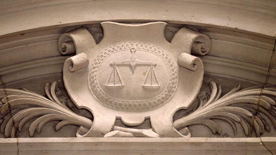 Un relief représentant le blason de la justice et sa balance