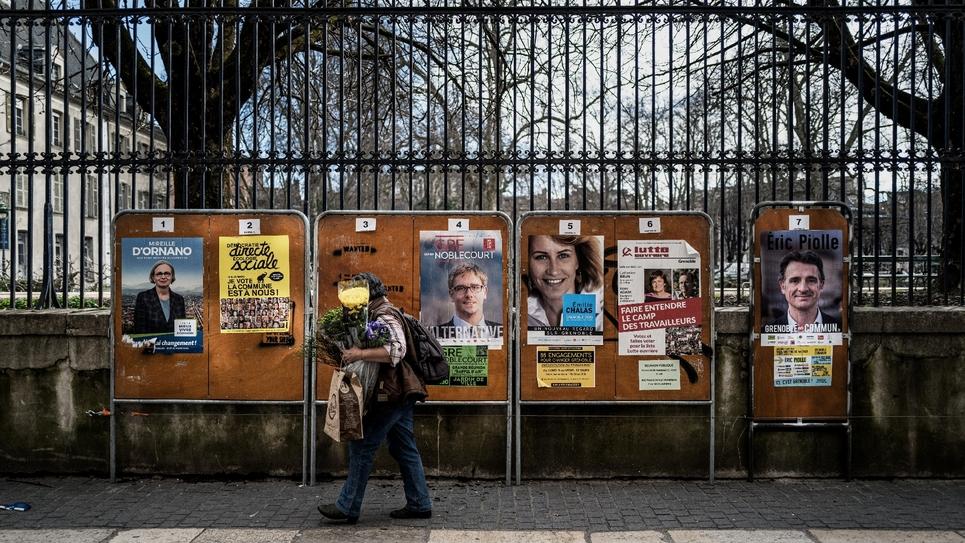 Des affiches de campagne pour les élections municipales, le 11 mars 2020 à Grenoble