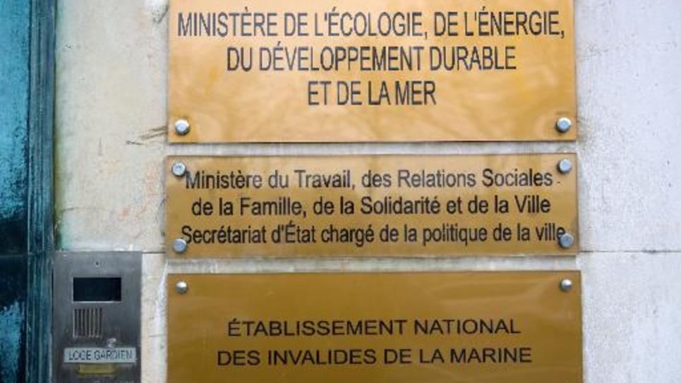 La plaque du ministère de l'Ecologie à l'entrée du ministère à Paris, photographiée le 30 mars 2010
