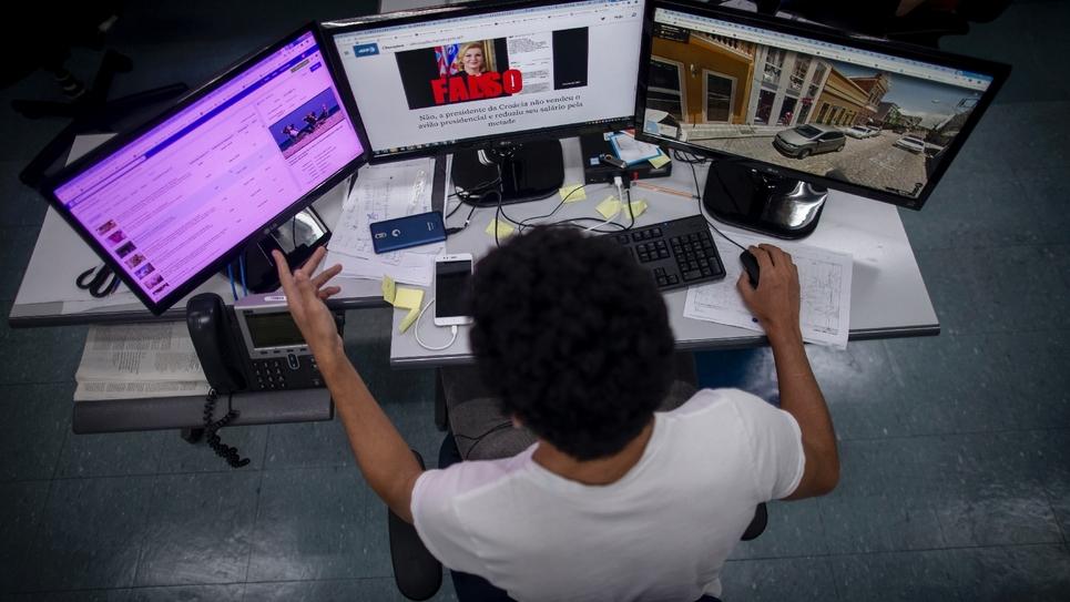 """Les élections européennes vont être un défi majeur pour les journalistes qui traquent les """"fake news"""", poussant des médias à unir leurs forces pour mener ce combat dont l'efficacité continue à faire débat"""