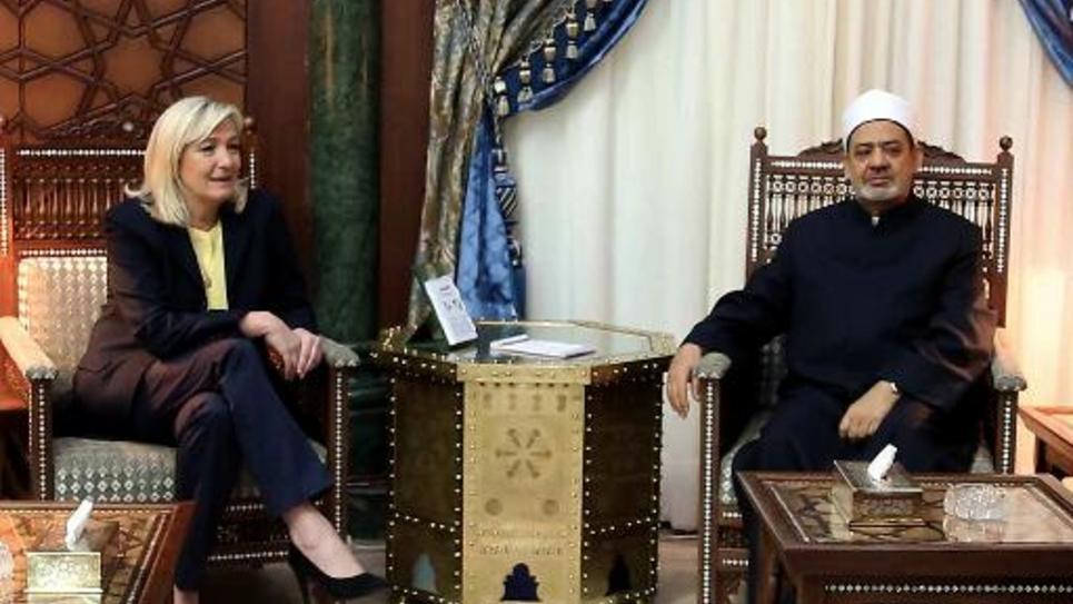 Le grand Imam d'al-Azhar, Sheikh Ahmed el-Tayeb (d) et Marine Le Pen, la présidente du Front national (g) dans les locaux d'al-Azhar, au Caire le 28 mai 2015