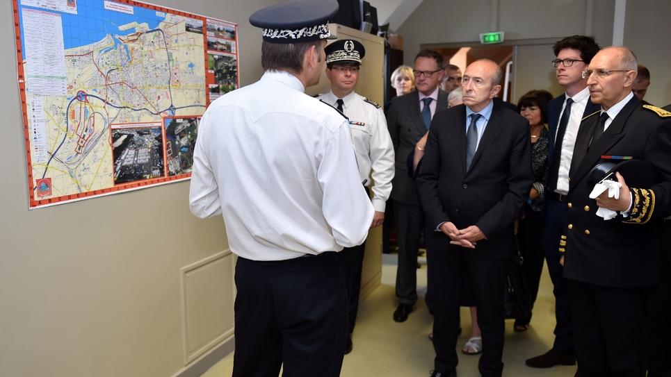 Gérard Collomb rencontre des policiers à Calais le 23 juin 2017