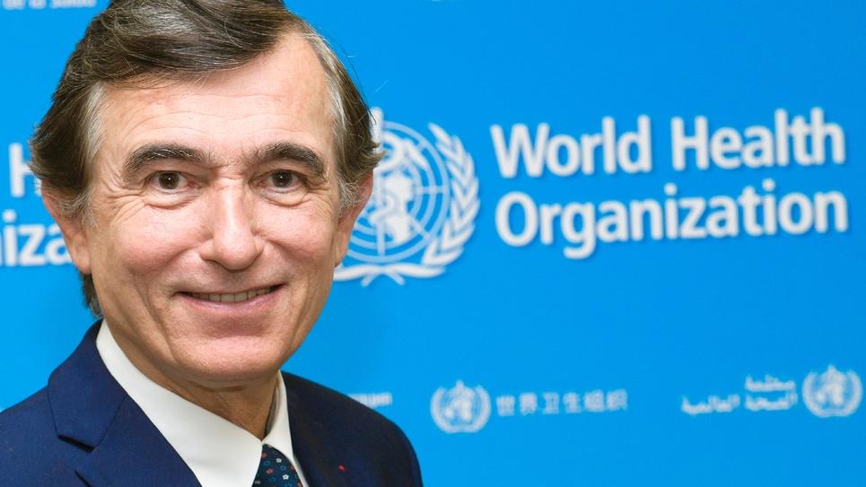 Philippe Douste-Blazy, candidat à la présidence de l'OMS, pose le 1er novembre 2016 au siège de l'OMS à Genève
