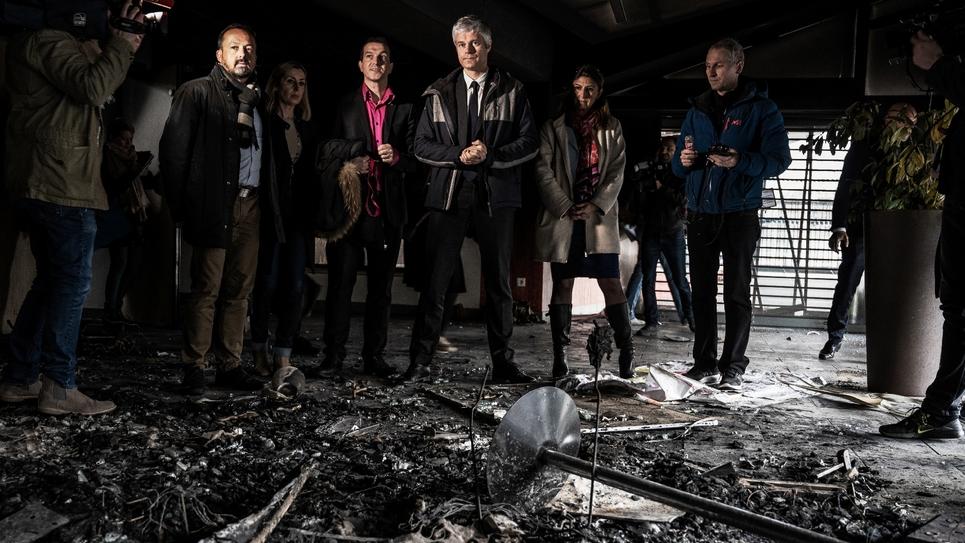 Le président de la région Auvergne-Rhône-Alpes Laurent Wauquiez visite un local incendié de la Croix-Rouge à Grenoble, le 11 mars 2019