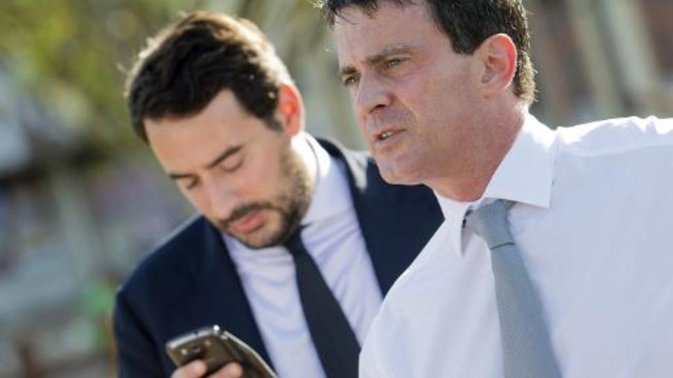 Manuel Valls (au 1er plan), avec son conseiller Sébastien Gros, lors d'un déplacement à Fort-de-France, en octobre 2013