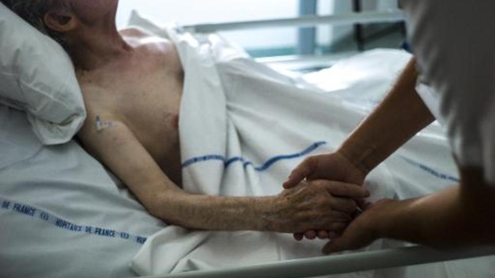 Un patient âgé dans une unité de soins palliatifs à l'hôpital d'Argenteuil en juillet 2013