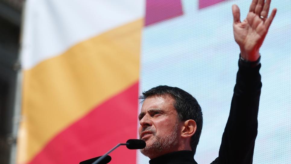 Manuel Valls prend la parole lors d'une manifestation pour dénoncer le séparatisme, le 18 mars 2018 à Barcelone