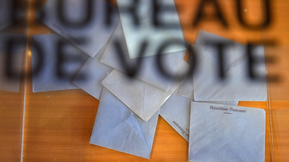 Bulletins de vote dans une urne d'un bureau de vote de Vertou (Loire-Atlantique) dans l'Ouest de la France, le 11 juin 2017