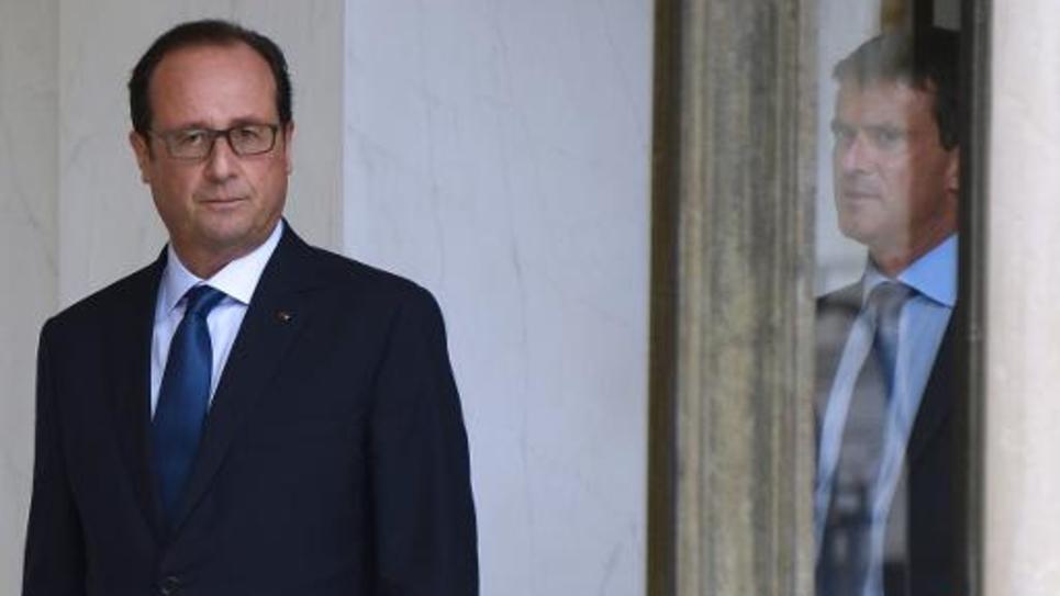 Le président François Hollande (g) suivi par le Premier ministre Manuel Valls, le 27 août 2014 à Paris