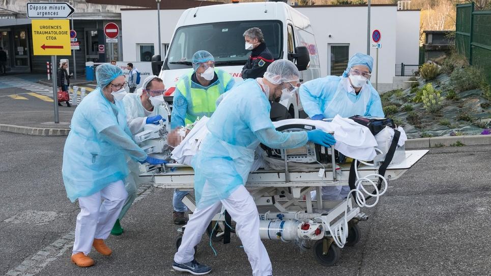 Un patient évacué de l'hôpital Emile-Muller de Mulhouse, le 17 mars 2020