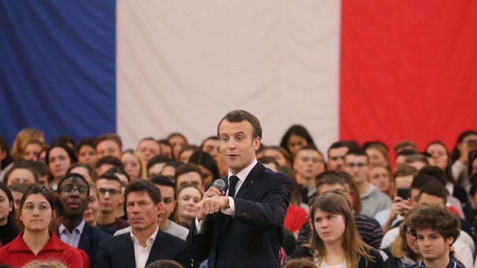 Le président Emmanuel Macron débat avec des jeunes à Etang-sur-Arroux (Saône-et-Loire), le 7 février 2019