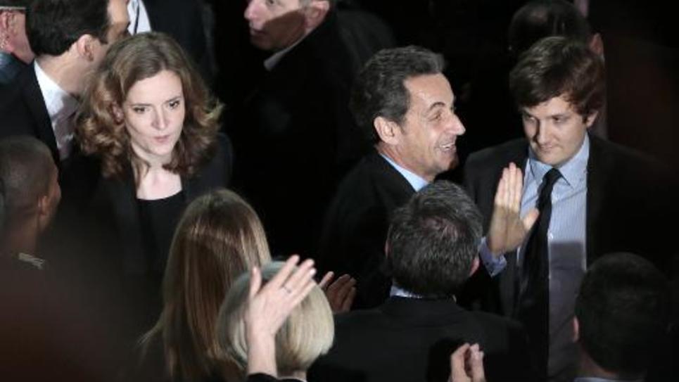L'ex-président Nicolas Sarkozy (2è d) et Nathalie Kosciusko-Morizet (derrière lui), le 10 février 2014 à un meeting électoral à Paris en vue des élections municipales