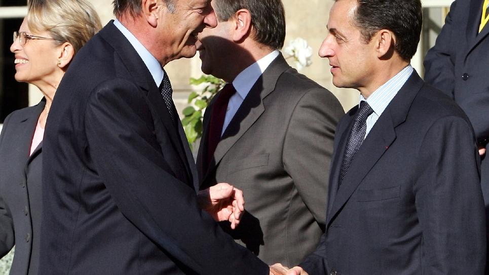 Le président Jacques Chirac (G) serre la main du ministre de l'Intérieur Nicolas Sarkozy, le 10 novembre 2005 à l'Elysée