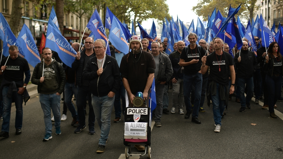 """Des particpants à """"La Marche de la colère"""" organisée par les syndicats de policiers à Paris le 2 octobre 2019"""