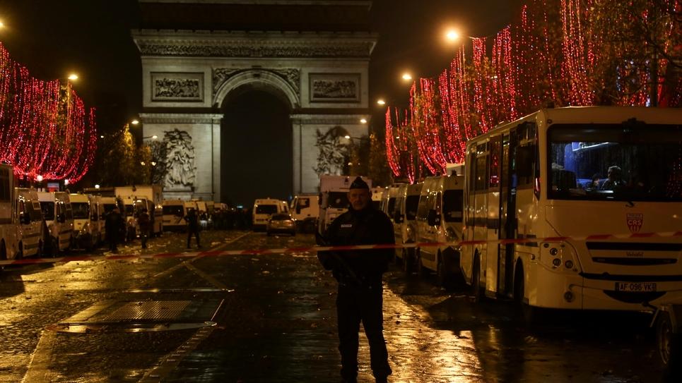 """Les forces de l'ordre stationnent à proximité de l'Arc de Triomphe lors de la 3e manifestation de """"gilet jaunes"""", à Paris le 1er décembre 2018"""