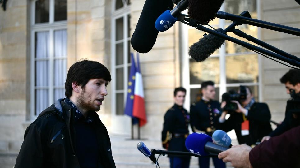 """Le """"gilet jaune"""" Jason Herbert parle aux journalistes après avoir été reçu à Matignon, le 30 novembre 2018"""