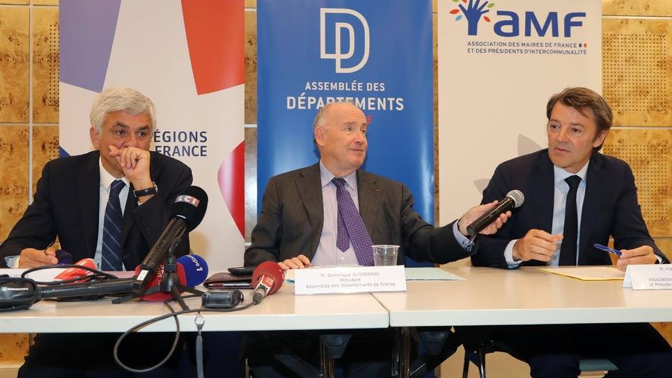 Le président de Régions de France Hervé Morin, celui de l'Assemblée des départements de France Dominique Bussereau, et celui de l'Association  des maires de France François Baroin le 3 juillet 2018 à Paris