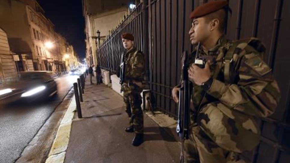 Des soldats surveillent une synagogue à Marseille le 12 janvier 2015