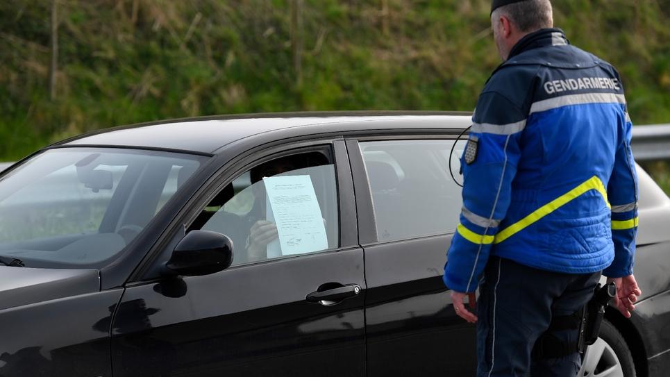 Un gendarme contrôle un automobiliste, à Pleurtuit (Ille-et-Vilaine), le 20 mars 2020