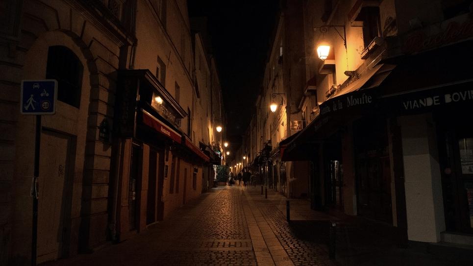 Pour enrayer la circulation du coronavirus en France, un couvre-feu de 21H00 à 6H00 a été décrété pour quatre semaines au moins dans huit métropoles, comme ici à Paris, le 17 octobre 2020