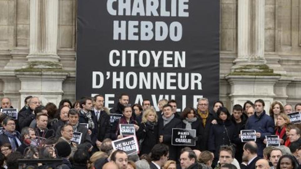 Les conseillers de Paris le 9 janvier 2015 devant l'Hôtel de ville où Charlie Hebdo a été fait citoyen d'honneur
