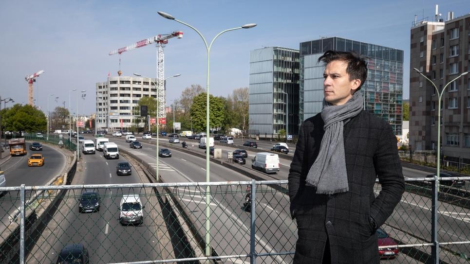 Le candidat indépendant à la mairie de Paris Gaspard Gantzer pose au-dessus du périphérique parisien, le 15 avril 2019