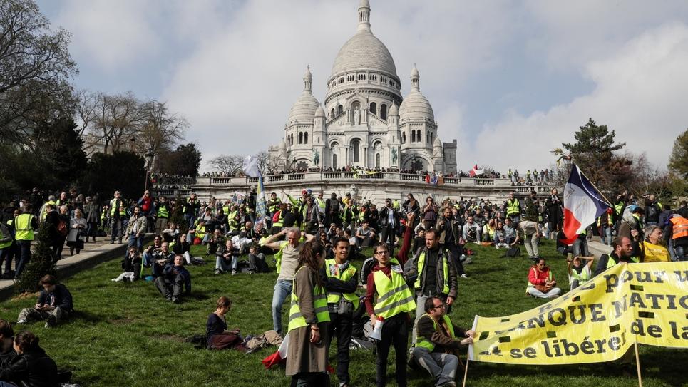 """Des """"gilets jaunes"""" rassemblés devant le Sacré Coeur à Paris, le 23 mars 2019"""
