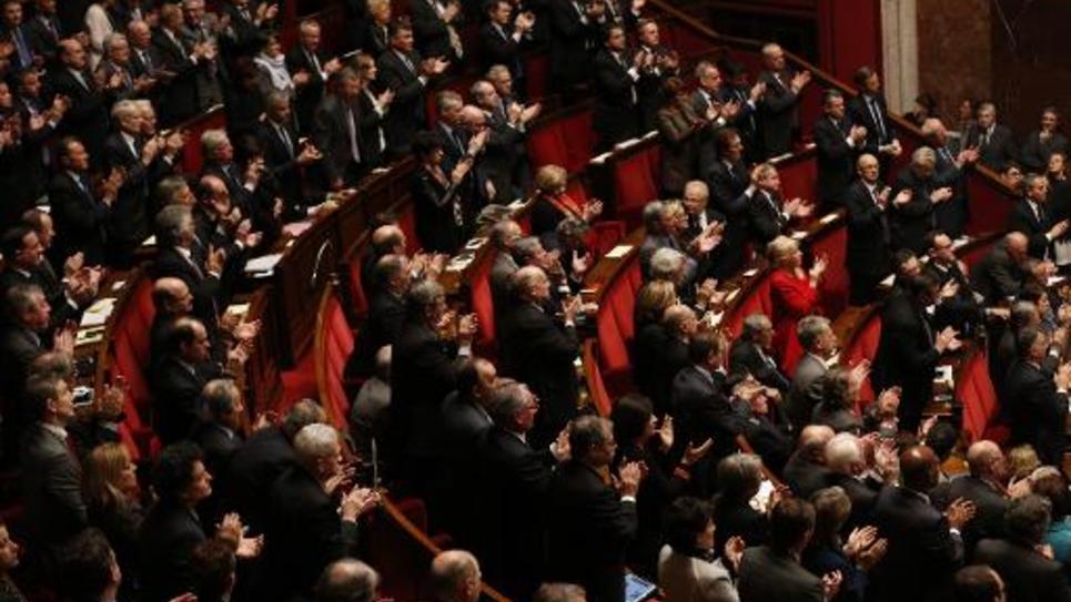 Des parlementaire applaudissent après avoir entonné la Marseillaise en hommage aux 17 victimes des attaques terroristes, le 15 janvier 2015 à Paris