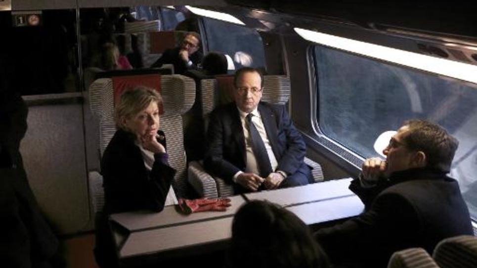François Hollande parle avec les membres de son cabinet dont Sylvie Hubac (g) dans un TGV le 12 mars 2013
