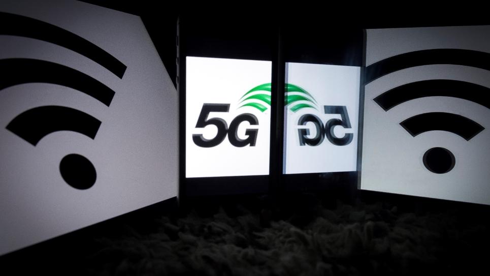 Un logo vantant le service de 5G sur un, smartphone pris le 17 février 2019 à Paris