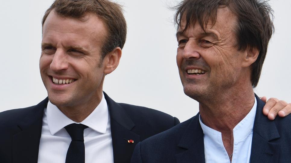 Nicolas Hulot aux côtés du président français Emmanuel Macron lors d'une visite au cap Fréhel, dans les Côtes-d'Armor, le 20 juin 2018