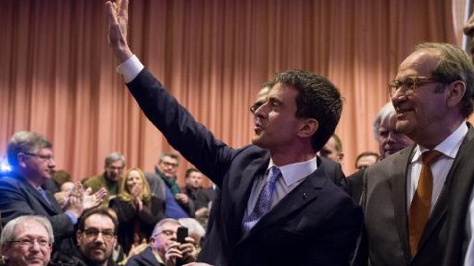Le Premier ministre Manuel Valls lors d'un meeting de soutien au président du conseil général de l'Oise Yves Rome (d) le 9 mars 2015 à Bresles