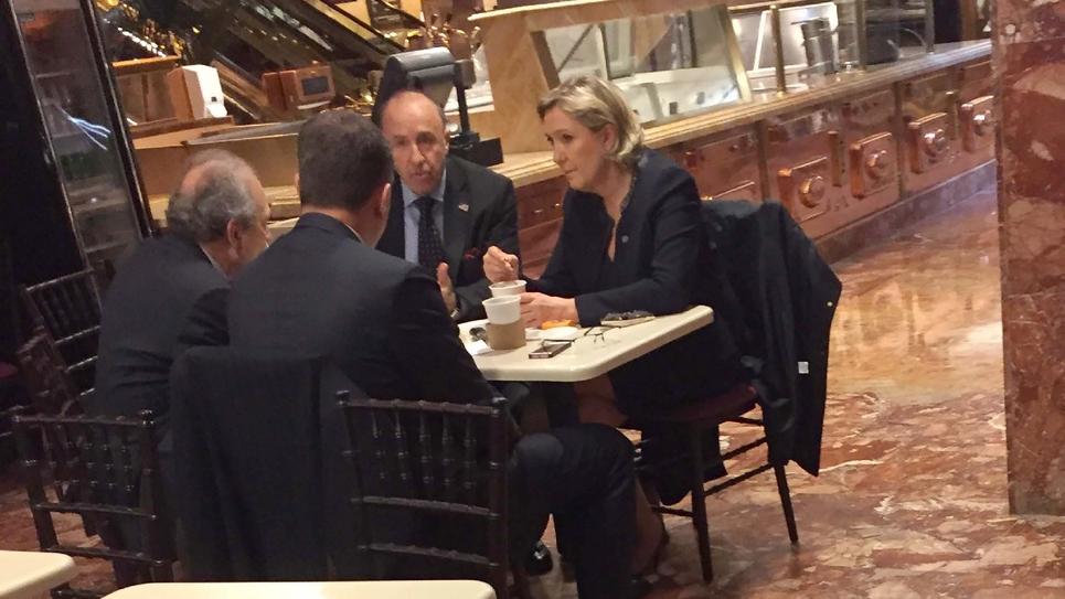 Une image diffusée avec l'aimable autorisation de Samuel Levine, montre Marine Le Pen le 12 janvier 2017 prenant un café au Trump Ice Cream Parlor, l'un des cafés situés au rez-de-chaussée de la Trump Tower, QG de Donald Trump à New York.