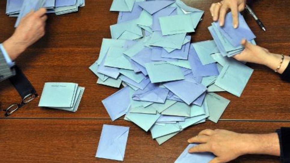 Des personnes participent au dépouillement des votes, le 14 mars 2010 à Jumeaux, lors du premier tour des élections régionales