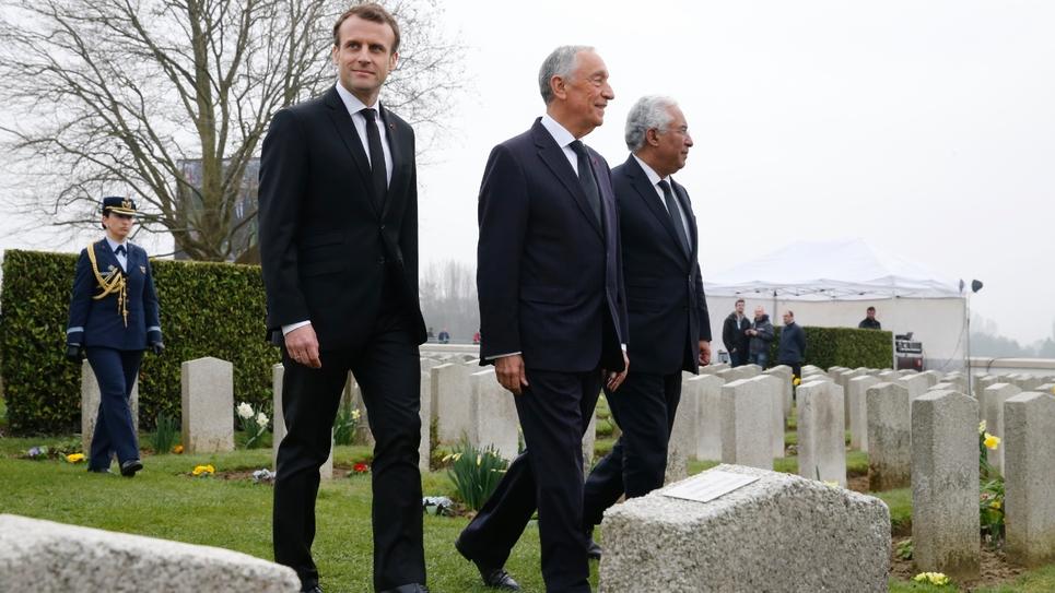 Emmanuel Macron avec le président portugais Marcelo Rebelo de Sousa (C), lors d'une cérémonie commémorant le centenaire de la Première guerre mondiale, au cimetière militaire portugais de Richebourg le 9 avril 2018