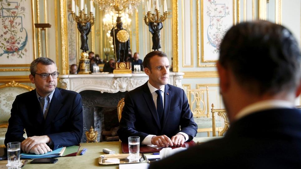 Le président Emmanuel Macron (c) assis en face du Premier ministre Edouard Philippe, lors d'une réunion à l'Elysée, le 2 décembre 2018 à Paris