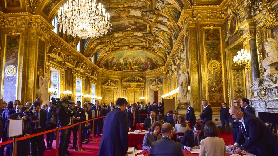 Des huissiers supervisent le comptage des votes lors de l'élection du président du Sénat, le 2 octobre 2017 à Paris.