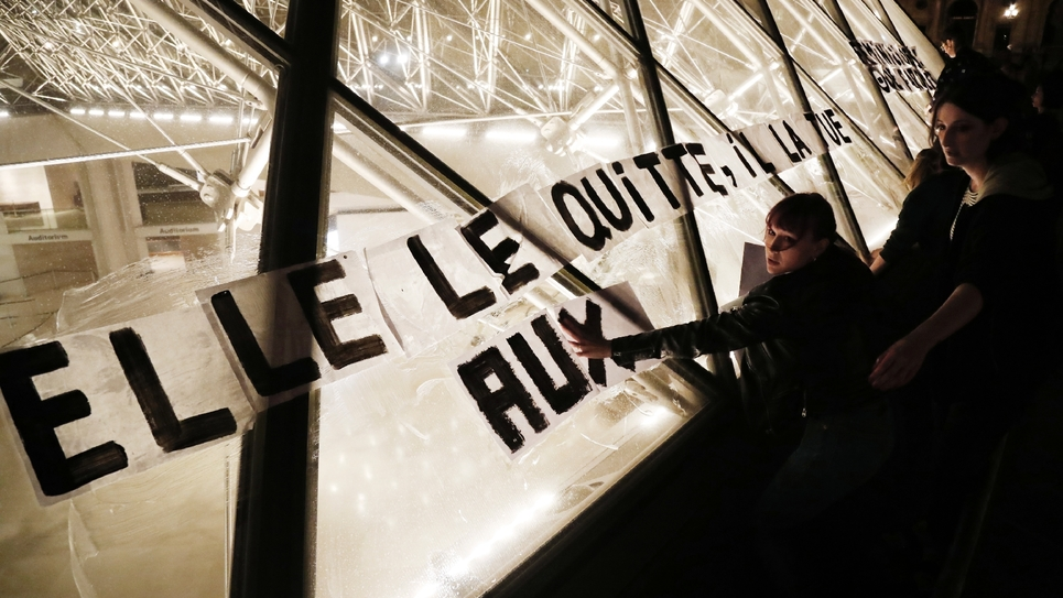 """""""Elle le quitte, il la tue"""", s'affiche sur la pyramide du Louvre lors d'une manifestation à Paris le 14 septembre"""