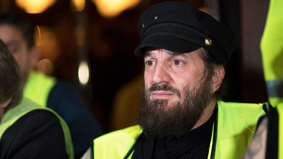 """Le chanteur Francis Lalanne avec des """"gilets jaunes"""", le 17 décembre 2018 à Paris"""