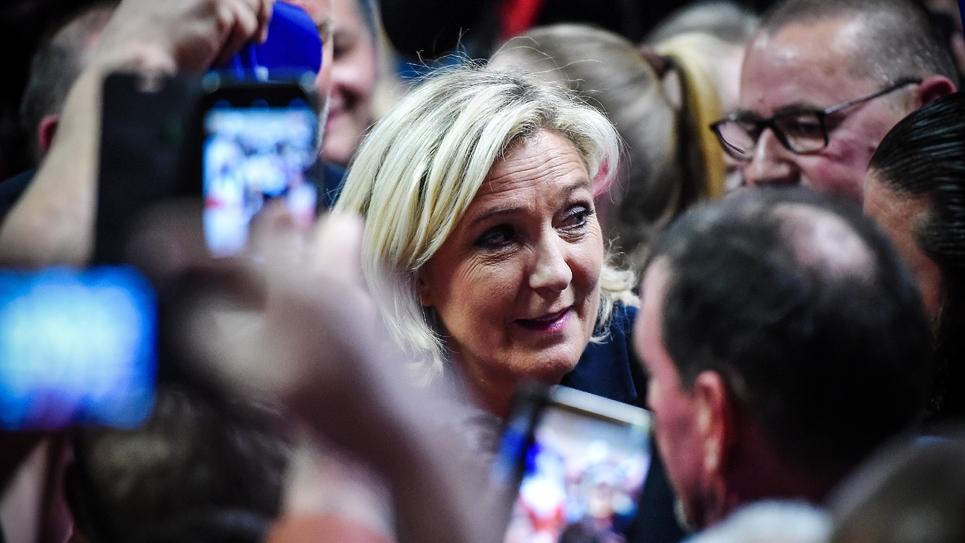 La présidente du Rassemblement national Marine Le Pen entourée par des militants à la fin d'un meeting à Fessenheim le 16 mai 2019