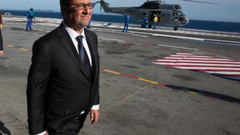 Le président François Hollande le 15 août 2014 à bord du porte-avion Charles de gaulle pour les cérémonies du 70e anniversaire du débarquement allié en Provence