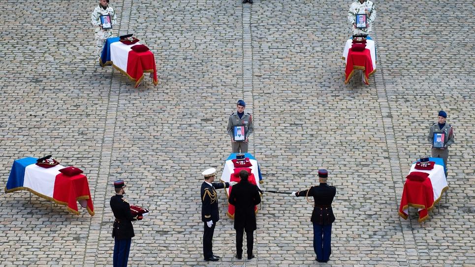 Hommage du président Emmanuel Macron aux 13 soldats tués au Mali, dans la cour des Invalides, le 2 décembre 2019 à Paris