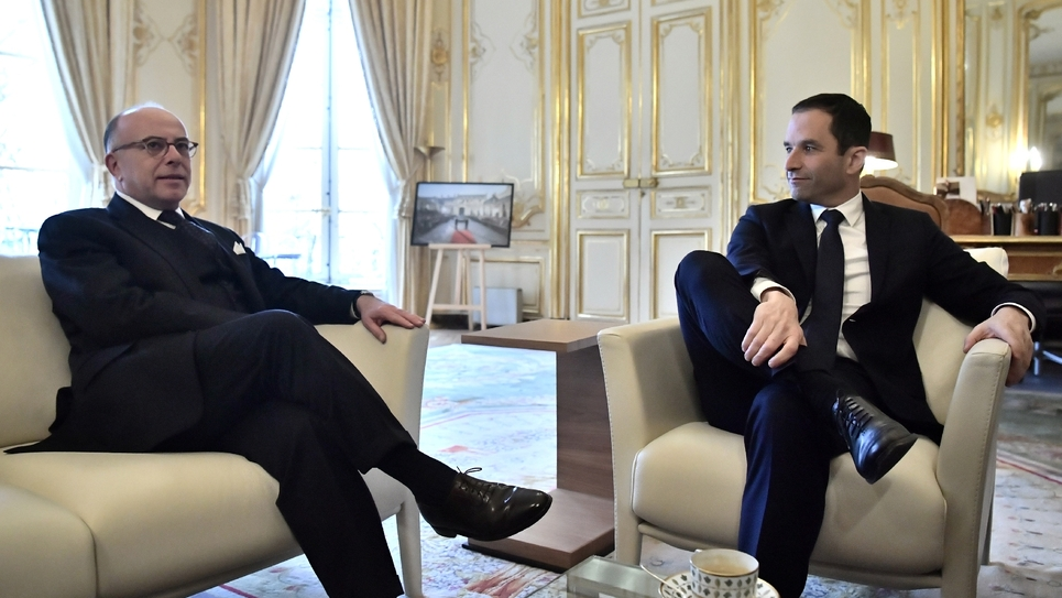 Le Premier ministre Bernard Cazeneuve (g) reçoit Benoît Hamon, vainqueur de la primaire initiée par le PS, le 30 janvier 2017 à l'hôtel Matignon