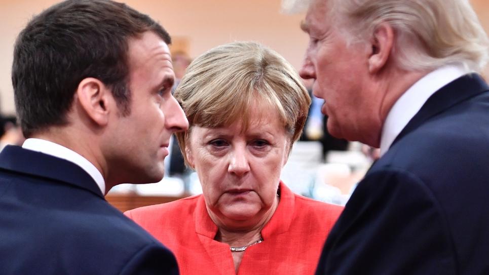 Le président français Emmanuel Macron, la chancelière allemande Angela Merkel et le président américain Donald Trump à Hambourg, en Allemagne, le 7 juillet 2017