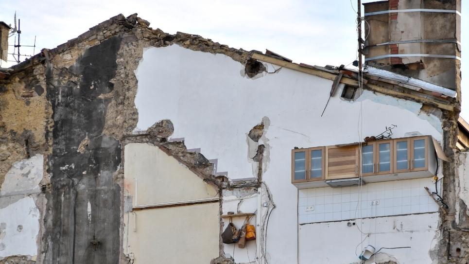 Façade d'un immeuble jouxtant les immeubles qui se sont effondrés lundi, rue d'Aubagne à Marseille, le 8 novembre 2018