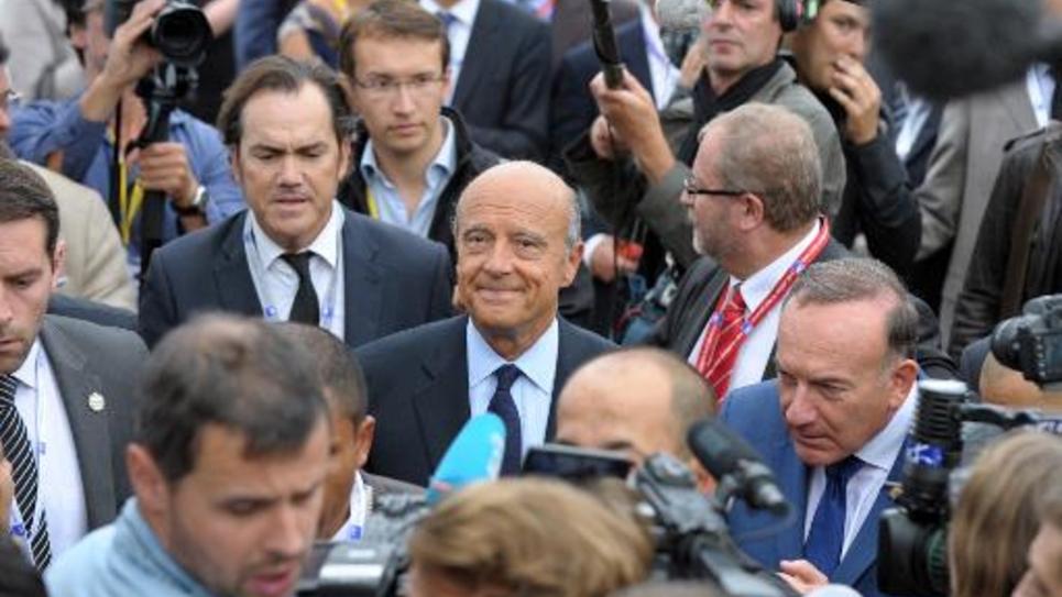 Alain Juppé (c), candidat à la primaire UMP 2017 avec le président du Medef Pierre Gattaz, à l'université du Medef à Jouy en Josas, le 27 août 2014