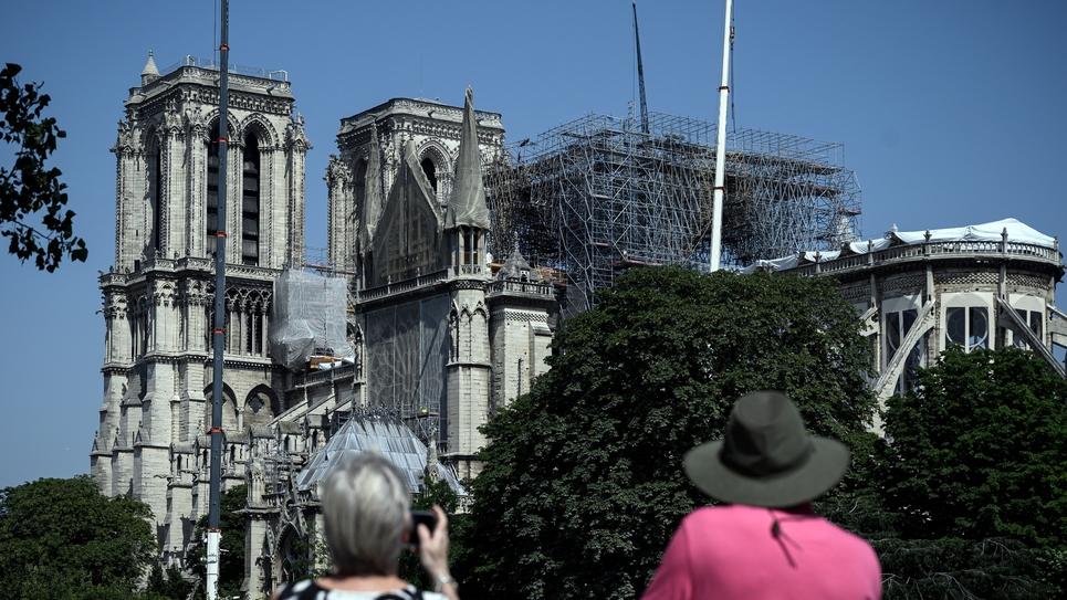 Des touristes devant Notre-Dame de Paris, le 27 juin 2019