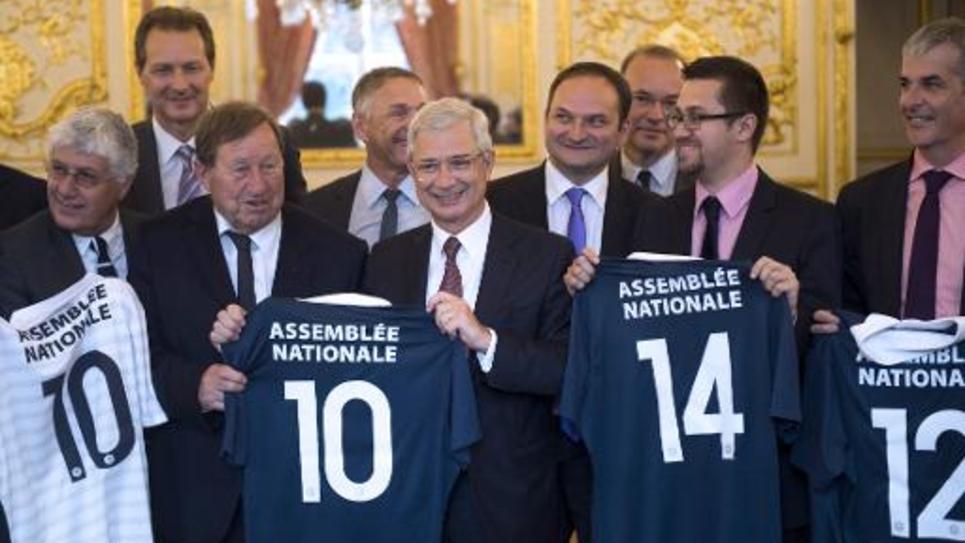 """Des députés posent avec leurs maillots de l'""""équipe de France de football des députés"""", à l'Assemblée nationale, le 4 juin 2014"""