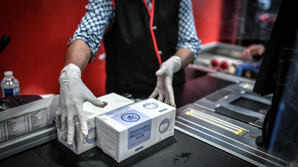 Des boîtes de masques chirurgicaux à une caisse de supermarché, le 4 mai 2020 à Paris
